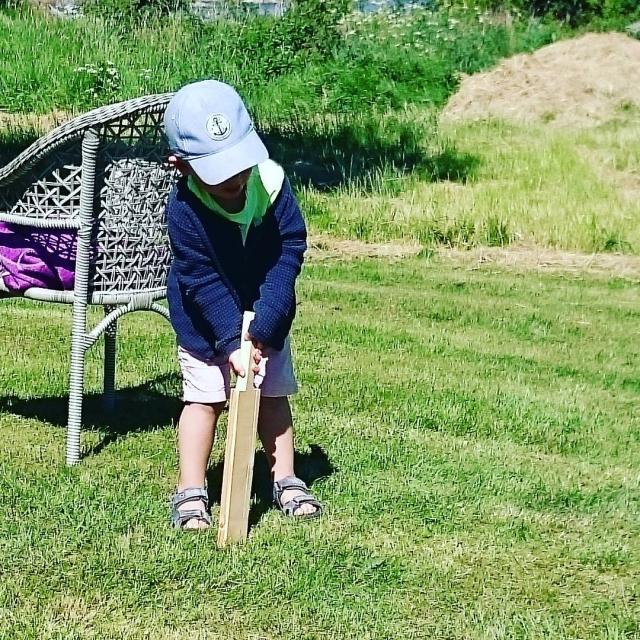 Den fødte #cricketspilleren! ELIAS #gjørtinghanikkekan #engangmåblidenførste