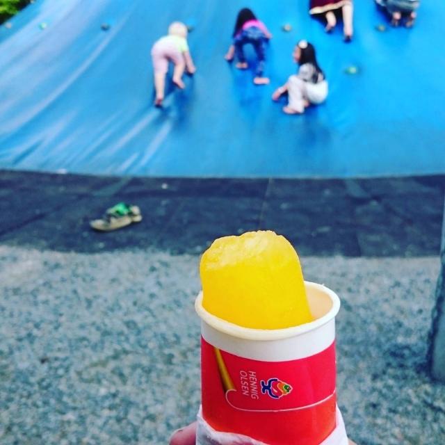 #dyreparken med elias. Jeg spiser restene av isen, han #leker. Kan det bli bedre?